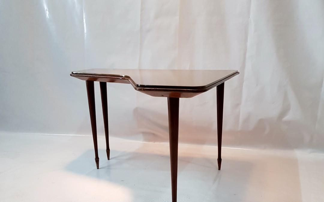 Importante e raro  tavolino da caffè  nello stile di Gio ponti ( attribuzione) periodo 1940 / 50 Italia struttura in legno con bellissima e particolare forma  gambe a spillo,e ripiano in vetro dorato buone condizioni misure : h cm 44,5 l. 70 x p. 70