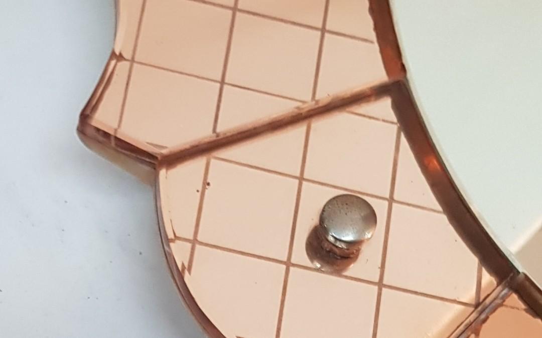 Specchio mirror Cristal Art a tasselli di vetro inciso colorato rosa. Anni' 40
